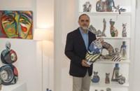 El empresario José Ramón Leal, procedente de Barcelona y vinculado a Castro Riberas de Lea y Foz, acaba de abrir una galería de arte en Ribadeo con el nombre Terra Branca.