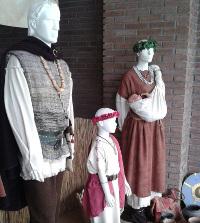 Acia Burela expón estes días traxes castrexos para inspirar a vestimenta dos clans. Pódense ver na rúa Pardo Bazán, no antigo local de O Lar.