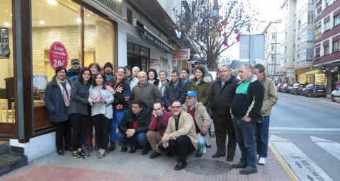 Comerciantes y hosteleros de la avenida de Galicia, en Ribadeo, decoraron por segundo año los árboles de la calle con la llegada de la Navidad. Los adornos fueron elaborados por la asociación de Axuda ao Enfermo Mental A Mariña.