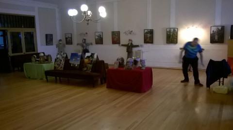 """Hasta el 23 de agosto se puede ver en el Casino de Mondoñedo una exposición de """"espantallos"""", elaborados por el zoqueiro Jesús Chao Cabanela."""