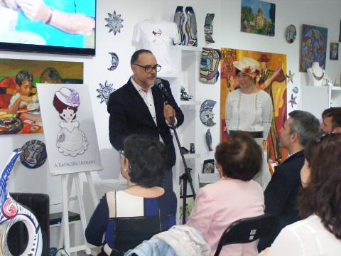 """Ya está a la venta la """"Rapaciña Indiana"""", creación de la galería ribadense Terra Branca. Se presenta en broche, pulsera, pendientes y camiseta."""
