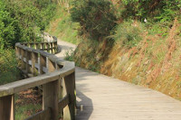 Una ruta de senderismo a orillas del Landro, una visita guiada por el casco histórico y al belén con figuras a tamaño natural son algunas de las propuestas de Viveiro para este puente festivo.
